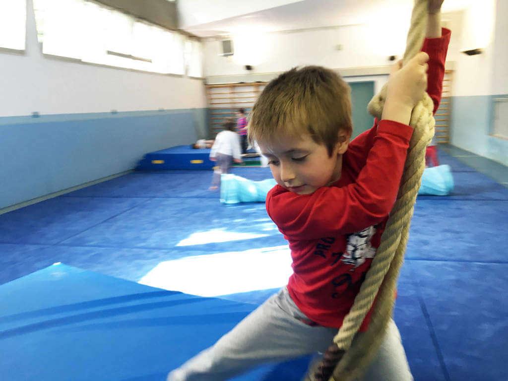 Bambino sulla liana durante il gioco sport