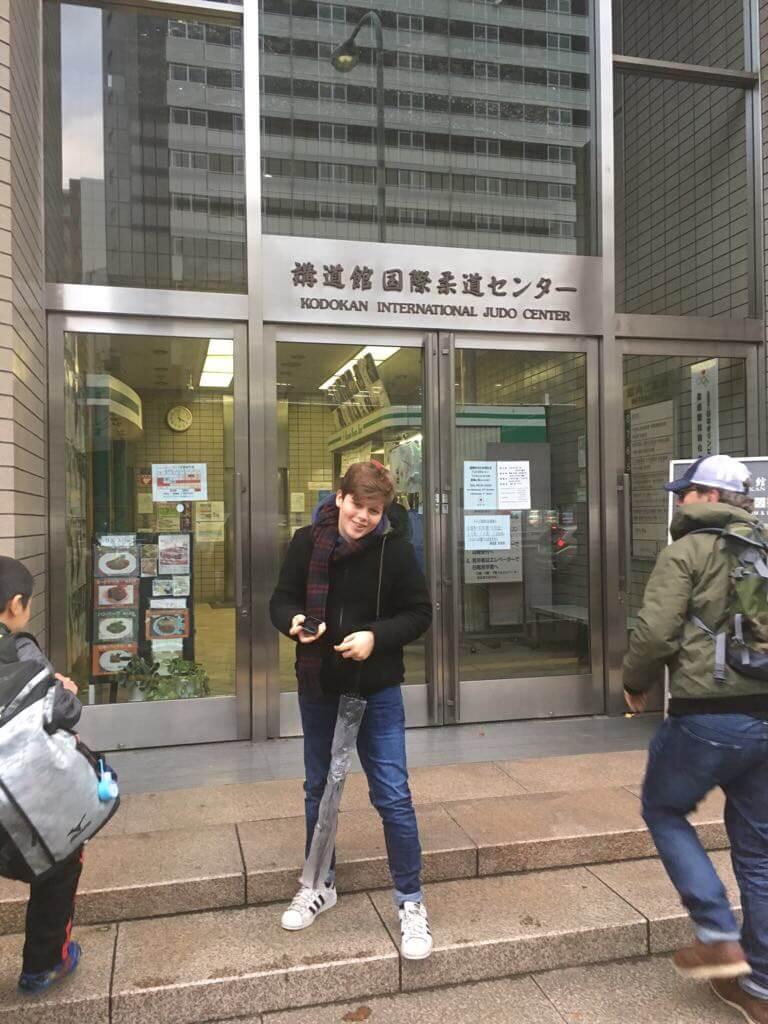 Giorgio davanti all'ingresso del Kodokan