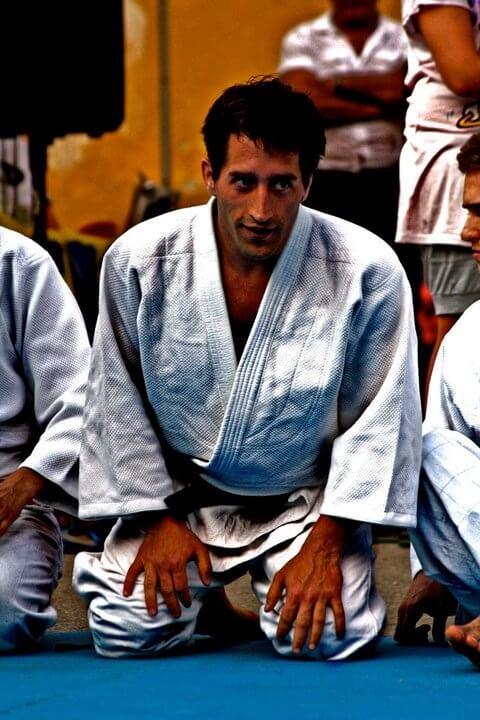 Aaron in judogi in posizione seiza